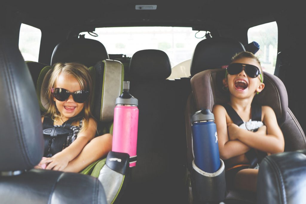 kids-in-the-backseat-in-carseats_t20_AebYQW