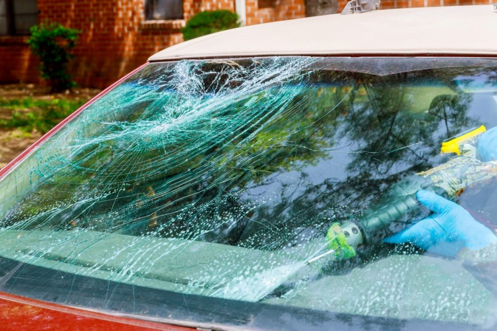 workers-remotion-automobile-broken-windscreen-or-windshield-of-a-car-in-service_t20_znbwPr